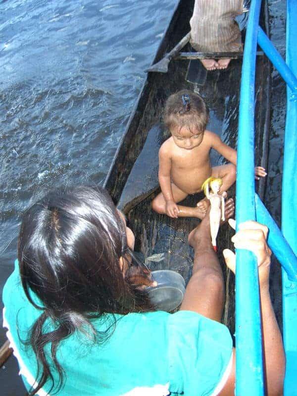 Warao Indianer im Boot mit einem kleinen Kind