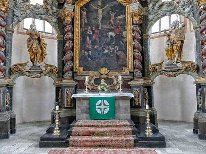 2 Figuren links und rechts vom Altar in der Wenzelskirche