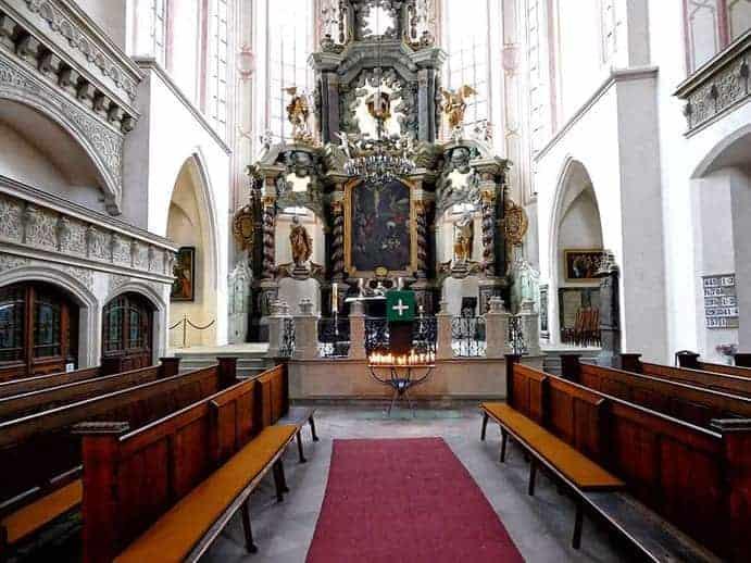 Altar mit Bänken