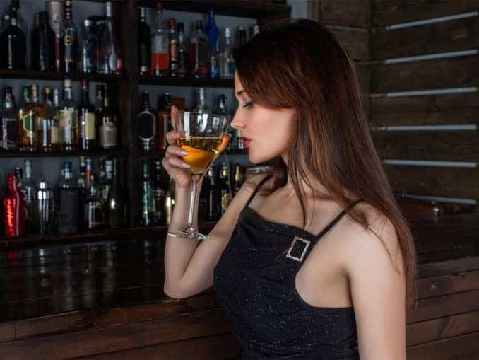 Frauenlockstoff Frau mit Weinglas