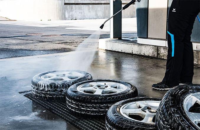 Autofelgen abspritzen mit Hochdruckreiniger