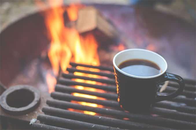 Wer einen Camping-Urlaub plant, braucht keine Sterne-Küche. Um Zeit zu sparen, ist es dennoch sinnvoll, Basics mitzubringen und gezielt einkaufen zu gehen. Das spart Zeit.