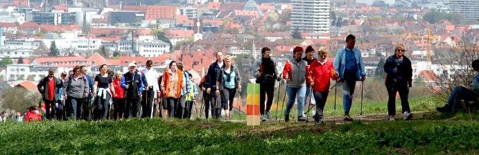 Wandergruppe mit Wanderstöcken
