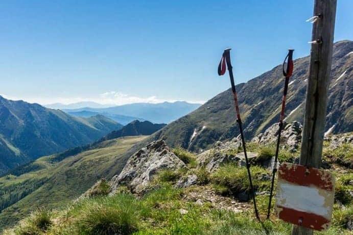 Wanderstöcke in den Bergen