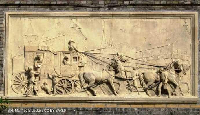 Terracotta-Relief im Hof