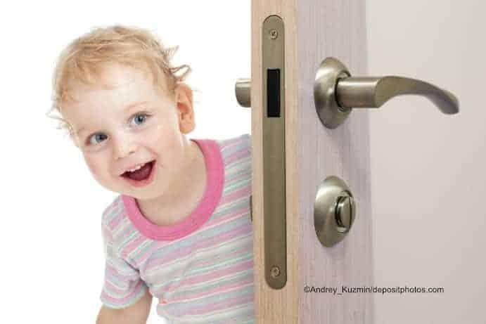 Kind und Türklinke