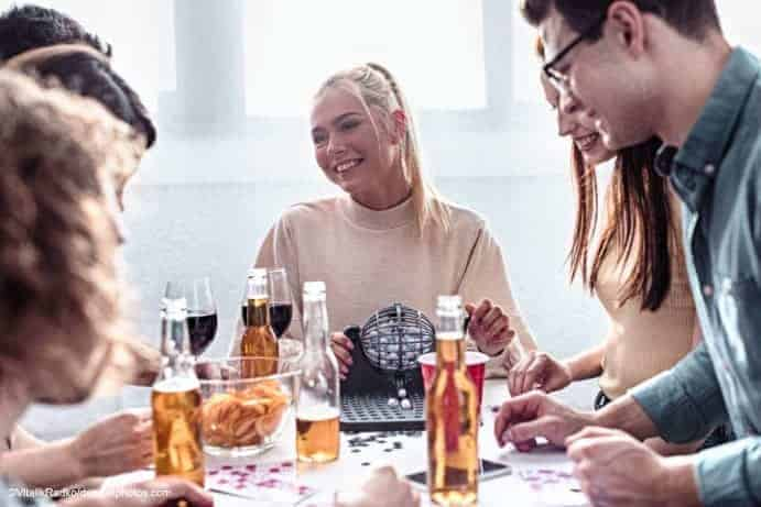 Frau und Mann spielen Bingo