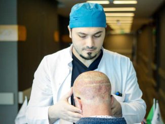 Dr. Balwi mit Patient