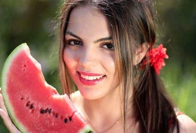 schönes Gesicht einer jungen Frau