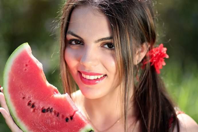 Schöne Frau mit Melone