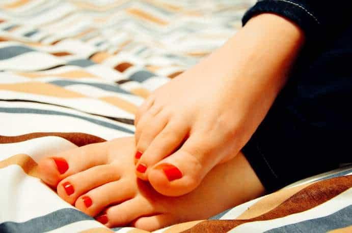 Leicht geschwollene Füße während der Menstruation