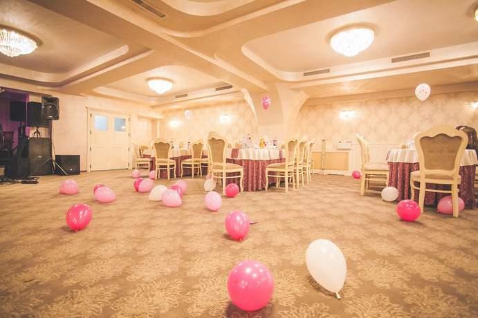 Zu großer Party Raum