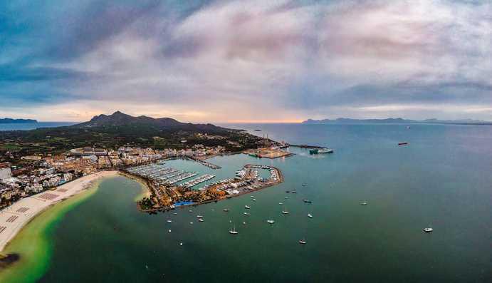 Port d'Alcúdia, im Hintergrund Menorca Bild: Ralf Roletschek GFDL 1.2