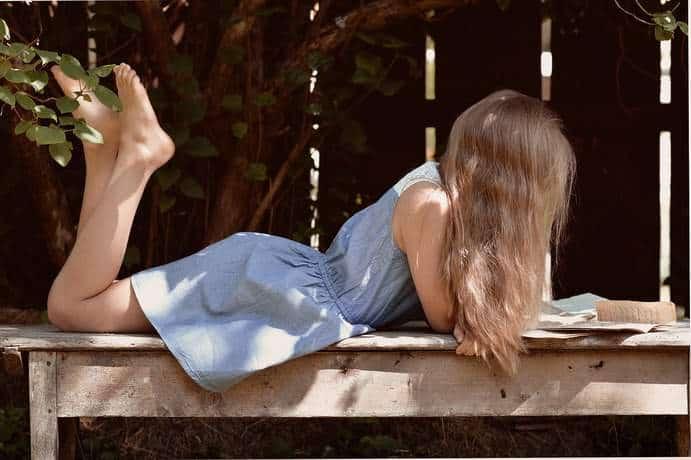 Junges Mädchen liest einen Brief