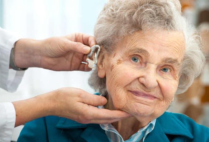 Frau beim Hörgerät einstellen ©HayDmitriy/depositphotos.com